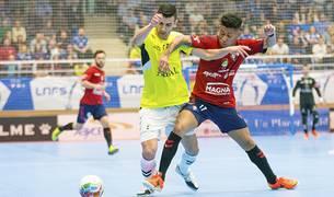 José Mario, jugador del Viña Albali Valdepeñas, pugna por el balón con Bynho, de Osasuna Magna.