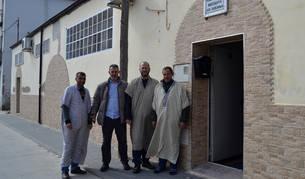 Lemfadel Tabbai, vicepresidente de la Comunidad Islámica de San Adrián; El Ammary Tahiri, miembro del colectivo; Achaach El Amrani, presidente de la Comunidad, y Sadik Ismail, asistente, en la puerta de entrada de la mezquita As- Sounna.