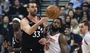 Marc Gasol pasa ante el pívot de los New York Knicks center DeAndre Jordan.