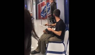 Imagen del hombre que afilada el cuchillo en un andén del metro.