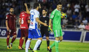 2017-18. Sergio Herrera, que detuvo un penalti, en el partido de la pasada temporada en el Heliodoro.