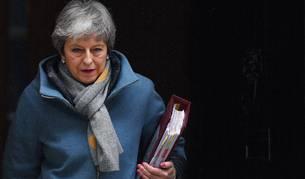 Foto de la primera ministra británica, Theresa May, abandona el número 10 de Downing Street en Londres (Reino Unido).