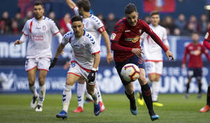 Juan Villar trata de marcharse del jugador del Rayo Majadahonda, Isaac Carcelén.