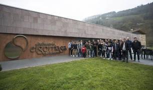 La plantilla posa a la entrada de las instalaciones del balneario Elgorriaga.
