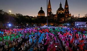 Foto de cientos de personas participan en una cata de tequila en la Plaza Liberación de Guadalajara (México).
