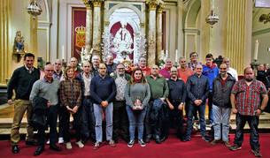 Foto de familia de los campaneros homenajeados en el cuarto peldaño de la escalera de San Fermín.