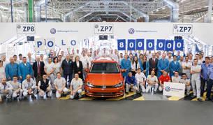 Foto de trabajadores de las distintas áreas de Volkswagen Navarra, junto al Polo 8 millones, en el Taller de Revisión Final.
