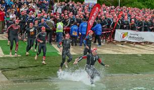 foto de El momento de la salida de la pasada edición de la Half Triathlón, que volverá a comenzar en el pantano de Alloz.