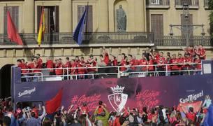 Los jugadores de Osasuna, subidos en el autobús descapotable al salir del Palacio de Navarra.