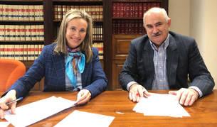 foto de Izaskun Goñi y José Mª Aierdi, en la firma del acuerdo.