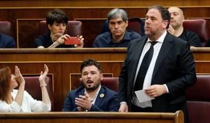 El líder de ERC, Oriol Junqueras, que se encuentra en prisión provisional, jura o promete su cargo durante la sesión constitutiva de las nuevas Cortes Generales.