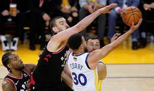 Marc Gasol intenta bloquear un tiro de Stephen Curry.