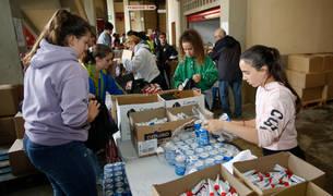 Un grupo de voluntarios y miembros de la organización, en la confección de las bolsas del corredor este pasado miércoles.