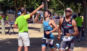 El calor no frenó a los 167 participantes que disputaron el Triatlón Reto del Ebro, en Tudela, en la que Iñigo Sevillano, en categoría masculina y Nuria Rodríguez en femenina, lograron imponerse.