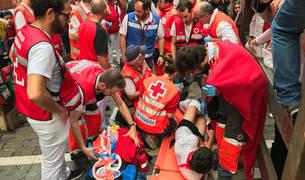 Miembros de Cruz Roja en el segundo encierro de 2019 con los Cebada Gago