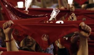 Miles de personas se han reunido este domingo a medianoche en la plaza Consistorial de Pamplona y sus alrededores para despedir los Sanfermines de 2019 con el tradicional 'Pobre de mí'.
