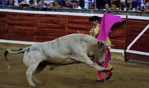 Una verónica de Javier Antón con el segundo toro de su lote.