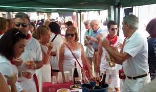 Foto de varios vecinos, mientras degustan el vino murchantino en una nueva edición de este acto.