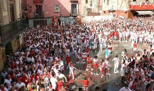 """El alcalde, Gorka García Izal, prendió la mecha del cohete de fiestas de Corella tras solicitar a los presentes """"respeto y alegría"""" en las fiestas."""