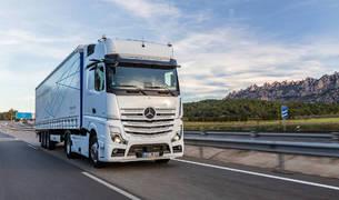 El nuevo Actros de Mercedes-Benz ofrece conducción semiautónoma a través de cámaras y radares. Prescinde de los retrovisores por cámaras.