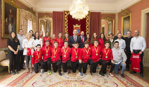 El alcalde Enrique Maya con los deportistas y entrenadores tras el encuentro en el Ayuntamiento de Pamplona.
