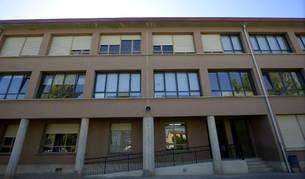Fotod del Colegio Público Comarcal de Puente la Reina, que cambiará las ventanas de su ala norte tras ser el proyecto más votado en los Presupuesto Participativos de 2019.