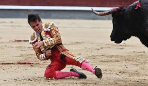 foto de El diestro Gonzalo Caballero ha sido cogido en el tradicional festejo del Día de la Hispanidad en Madrid.