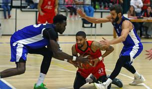 El base del Basket Navarra William Thomas protege el balón en un partido anterior en Arrosadía.