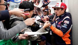 Marc Márquez firma autógrafos antes de comenzar los entrenamientos del Gran Premio de Japón