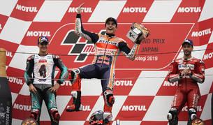 Marc Márquez celebra el triunfo en el podio de Motegi con Fabio Quartararo (izda.) y Andrea Dovizioso (dcha.) detrás.