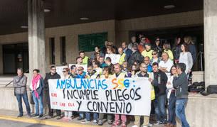 Asistentes a la concentración celebrada ayer a las puertas del hospital comarcal Reina Sofía de Tudela.