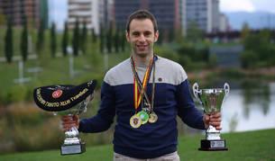 Javier Labiano posa cerca del lago de Ripagaina con los trofeos, txapelas y medallas que ha revalidado en el último año en la especialidad de paleta cuero.