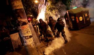 Foto de varios policías atiendiendo los disturbios en La Paz, Bolivia.