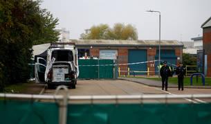 Foto de varios agentes británicos, en el lugar donde se han encontrado los cadáveres, en Essex.