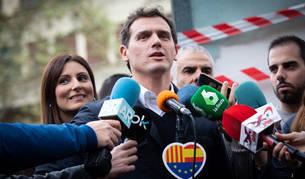 Foto del presidente de Ciudadanos, Albert Rivera visita diferentes establecimientos afectados por los disturbios en Barcelona.