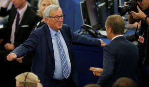 Jean-Claude Juncker recibe con los brazos abiertos a Donald Tusk en el Parlamento Europeo.