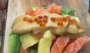 Este tartar de salmón con salsa maravillosa de mostaza es una de las tres recetas con piña de hoy.