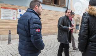 Foto del actual gerente, Abel Casado, en el centro, mira al alcalde de Tudela, Alejandro Toquero, tras la reunión.