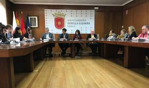 Foto de los concejales de los grupos de Bildu y Navarra Suma en el pleno de este viernes.