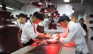Jesús Sánchez (derecha) revisa uno de los platos en la cocina  junto a miembros de su equipo, profesionales que él considera imprescincibles en el trabajo de su restaurante.