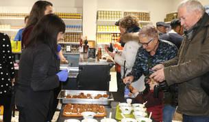 Foto de un grupo de personas degusta pinchos de verdura de invierno preparados en el comedor social Villa Javier.