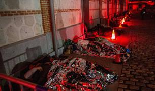 """Cientos de madrileños se han puesto este sábado en la piel de una persona sin hogar durmiendo a la intemperie en el centro cultural Matadero dentro de la primera """"Gran dormida mundial"""" que se celebra en nuestro país."""