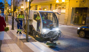 Foto de un operario con un soplador y una barredora limpian un tramo de la avenida de Zaragoza de Tudela.