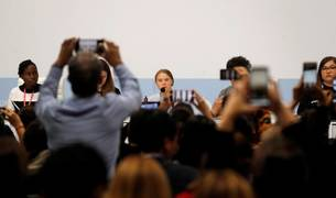 La activista sueca Greta Thunberg (c) en una rueda de prensa de jóvenes activistas, en la XXV Cumbre del Clima.