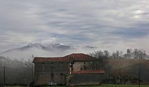El edificio de la antigua capilla San Marcial se encuentra junto al Palacio de Aroztegia.