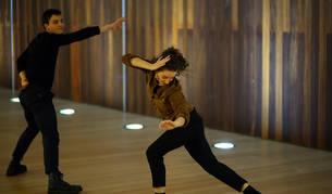 Foto de dos bailarines que ofrecieron este martes una breve muestra de la pieza, que se podrá ver este miércoles en Tafalla.