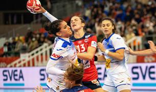 Almudena Rodriguez dispara ante la oposición de las defensoras noruegas.