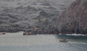 foto de Los equipos de rescate buscan dos cuerpos más tras la erupción volcánica en Isla Blanca
