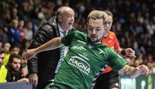 El ala de Osasuna Magna Dani Saldise conduce el balón en el último partido de su equipo ante el Córdoba.