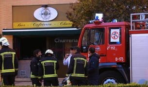 Foto de Bomberos, en el establecimiento en el que se ha producido el incendio.